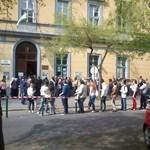 Fidesz: furcsa, hogy az embereknek órákat kell sorban állniuk