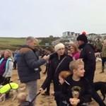 Videó: Több száz ebtársa kísérte utolsó útjára a haldokló kutyát