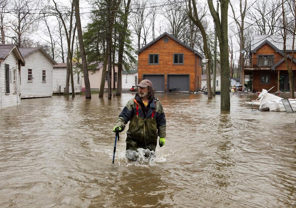 ne használd május 19után!!!! mti.17.05.04. Combközépig érő vízben gázol egy kanadai férfi a Québec tartománybeli Ile-Bizard településen 2017. május 5-én, a heves esőzések okozta áradások idején.