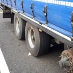 Hiányzó kerékkel repesztett egy kamion az M7-es autópályán