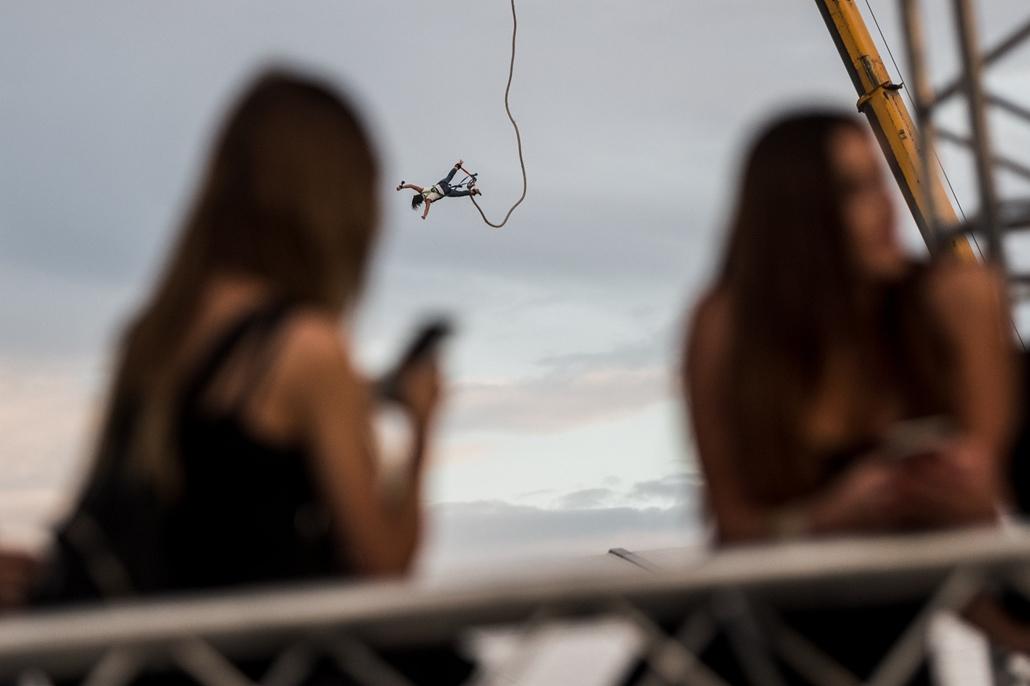 e_! - hvg év képei 2017 nagyítás - mm.17.07.14. - Velence: Bungee jumpingoló látogató az EFOTT-on július 14-én.
