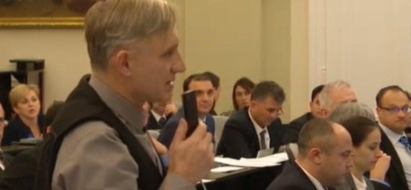 Inkább kilép a Jobbikból a roma fiatalon gúnyolódó debreceni képviselő