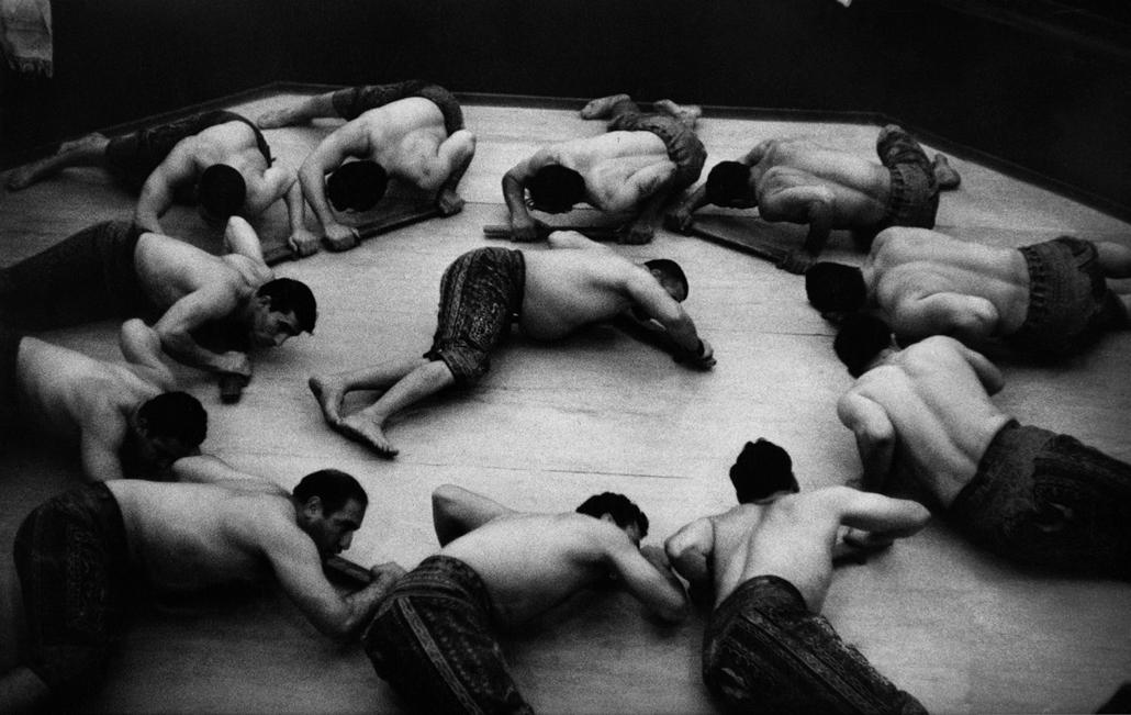 Az edzésüket kísérő dob ritmusára a földön jobbra és balra forgó sportolók - Teherán, Irán, 1955 - zselatinos ezüst - Mai Manó Ház, kiállítás, Marc Riboud