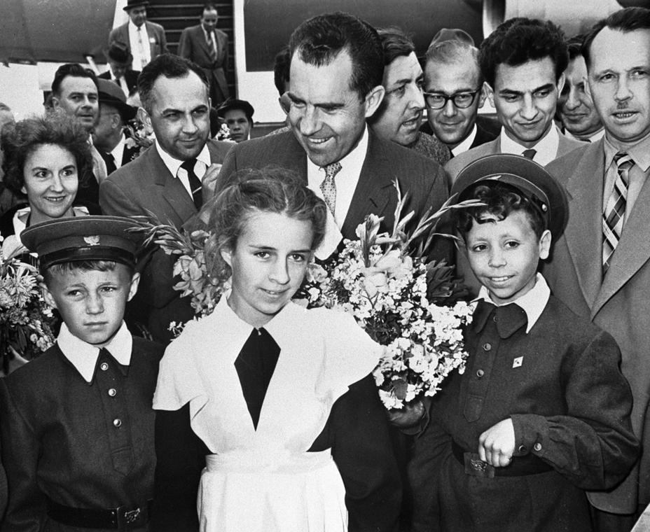 1959.10.01. - Nixon a Sverdlovsk iskola diákjaival - Nixonnagyitas