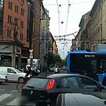Záróvonal, piros lámpa és gyalogos-átkelőhely – ezt az autóst egyik sem zavarta