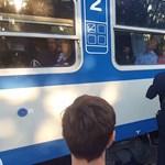 Videóra vették, ahogy a MÁV kiszúr az utasokkal