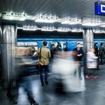 Leszakadt egy lámpa burkolata a Deák téri metróállomáson