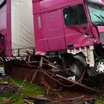 Elaludt a sofőr, nagy pusztítást végzett egy kamion Forrón – fotók