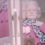 A világ legszebb nagyija: 100 éves modell pózol a 100 éves Vogue címlapján