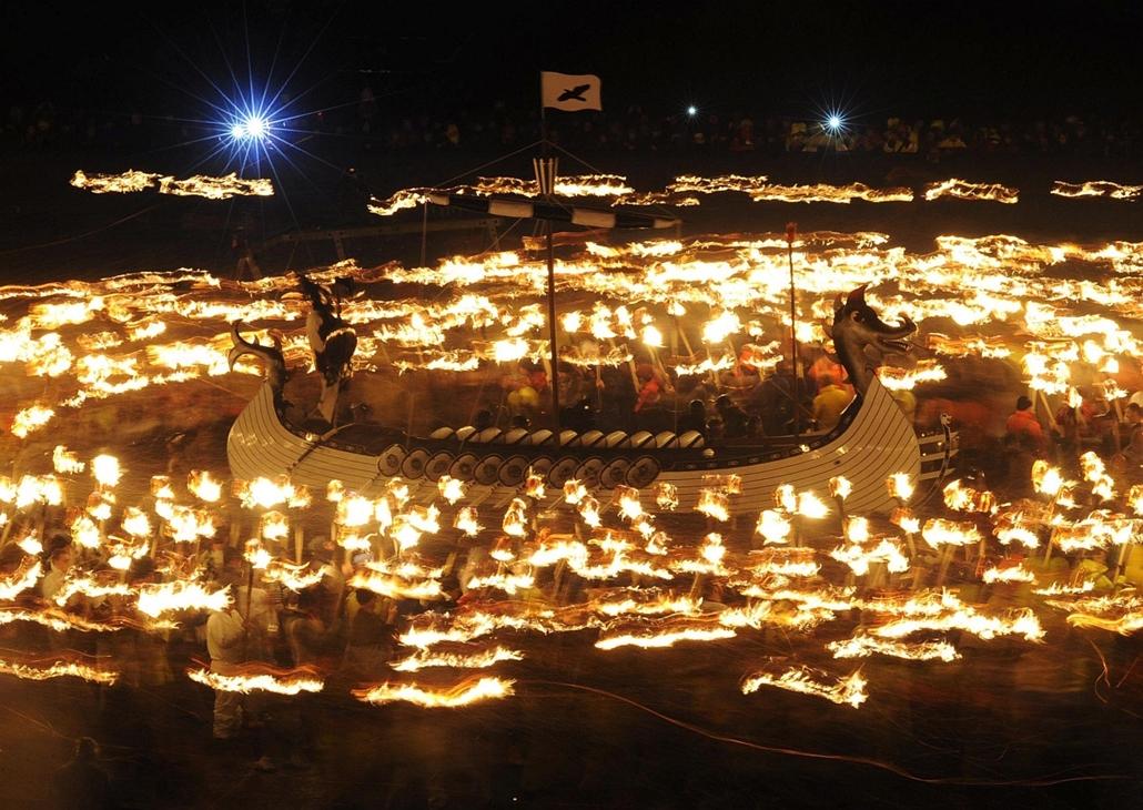 afp. 2014.01.28. Lerwick, viking hajó, Anglia, Egyesült Királyság, Up Helly Aa fesztivál Lerwick, Shetland-szigetek