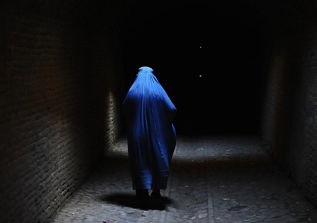 afp.14.07.10. - Herat, Afganisztán: burkában az ''óvárosban'' - 7képei, burka