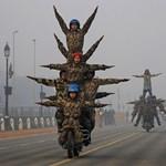 A nap képe: kaszkadőr katonák Új-Delhiben
