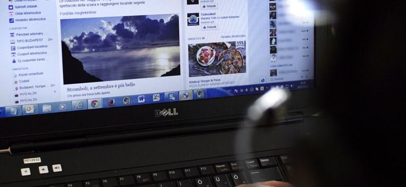Az ügyfél a Facebookon veri a virtuális asztalt