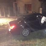 Tíz fiatal menekültet szállító BMW csapódott fának