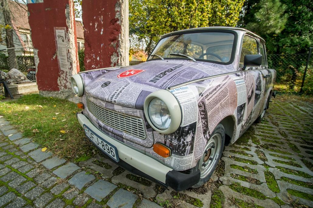 mti.17.11.03. - Egy korabeli újságkivágásokkal díszített Trabant 601-es Budapesten, a Máltai szeretetszolgálat központjánál. Az autót kelet-németek hagyták hátra, amikor a határnyitásra vártak a szeretetszolgálat kertjében táborozva 1989-ben