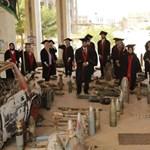 Szétlőtt egyetemük falai között ünnepelték líbiai hallgatók a diplomaosztójukat