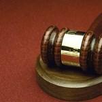 Alvó kisfiát szúrta mellkason a nő, 6 évre ítélték