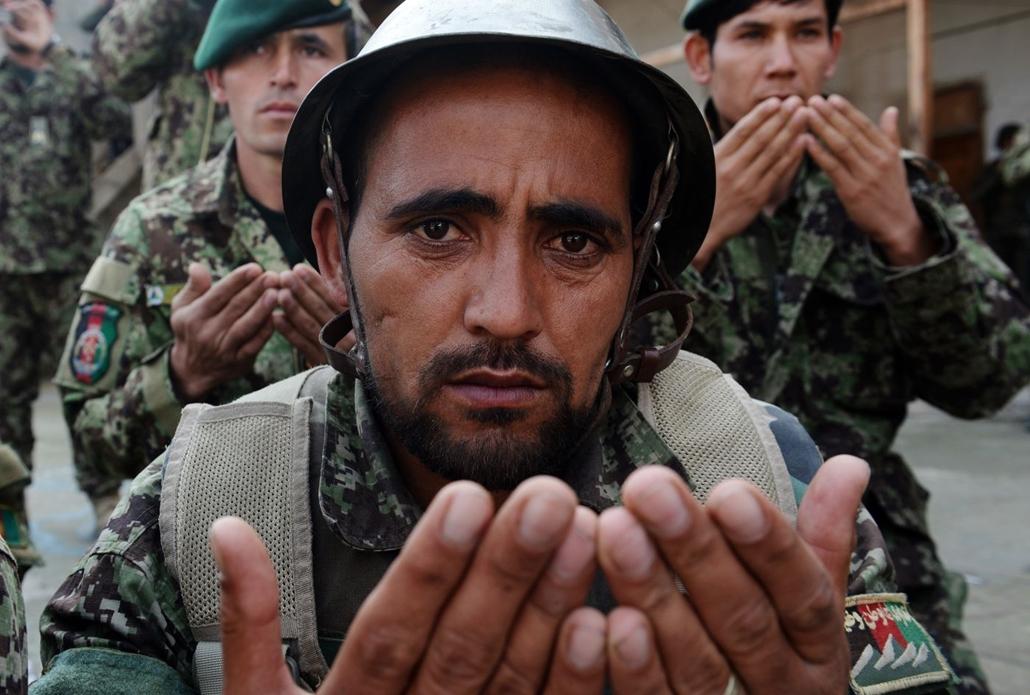 afp.14.02.24. - Az Afgán Nemzeti Hadsereg (ANA) katonái imádkoznak elhunyt bajtársaikért  akik tálib felkelők támadása során vesztették életüket egy ellenőrző ponton Afganisztán keleti részén, a Kunar tartományban 2014 február 23