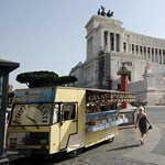 Meztelenre vetkőzött egy turista a római szökőkútban, az olaszok őrjöngenek