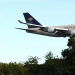 Ilyen légi karavánt nem látott a világ, aranyozott lift a királyi gépen