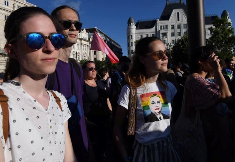 Gyűlik a tömeg, tüntetnek a Kossuth téren a homofóbtörvény ellen