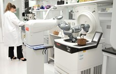 UV-fénykard és orvos nélküli kórház: a mesterséges intelligencia is segít legyőzni a járványt