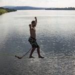 Újabb őrület: a Duna felett sétált egy highline-os - fotók