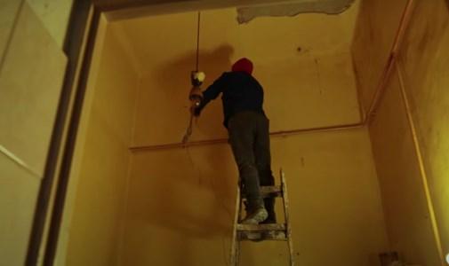Életveszélyessé váltak egy józsefvárosi ház lakásai a mellette zajló építkezés miatt, a lakók tehetetlenek