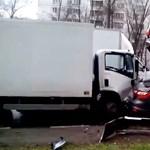Egész autócsordát tört össze egy teherautós - videó