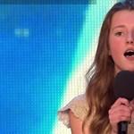Videó: Ennek a kislánynak az énekétől libabőrös lesz