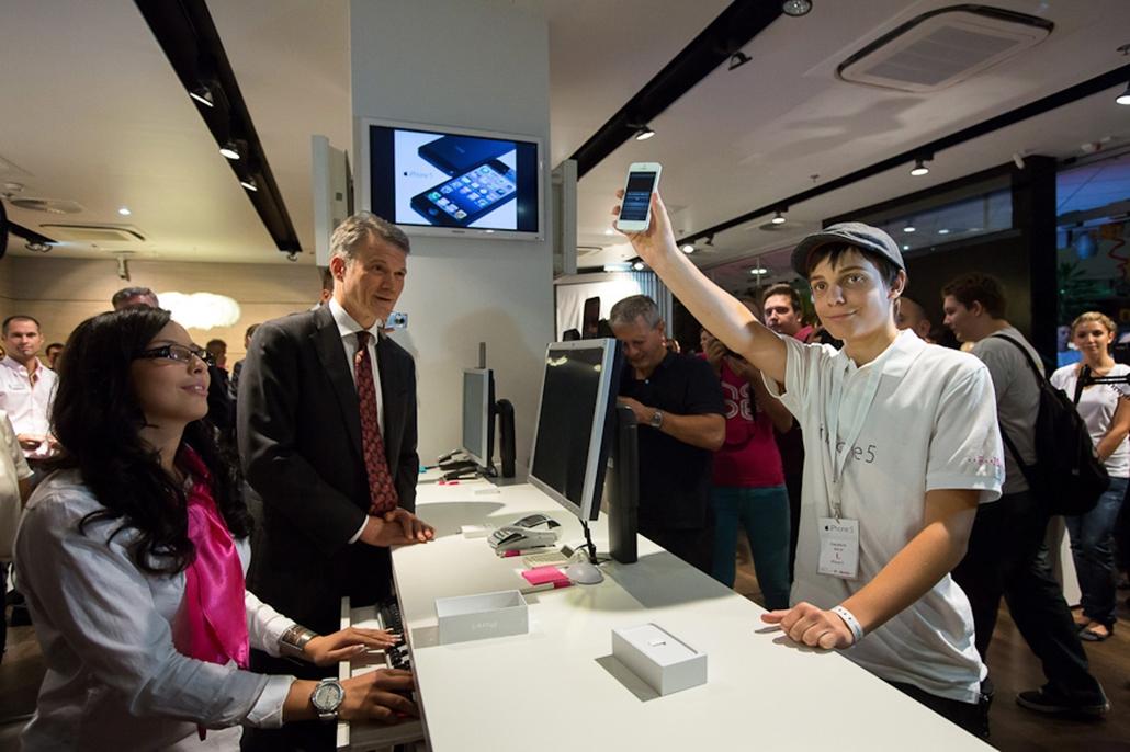 Megkezdődött az új iPhone okostelefon árusítása, iPhone 5, hét képei