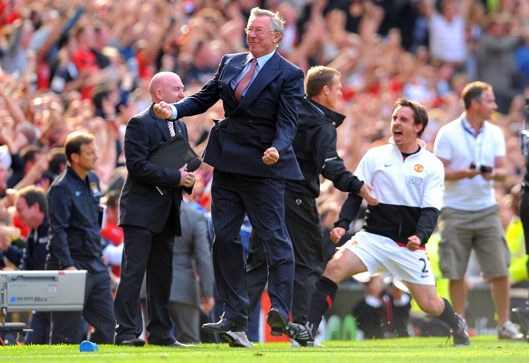 Alex Ferguson nagyításhoz - UNITED KINGDOM, Manchester : (FILES) In this file picture taken on September 20, 2009 Manchester United manager Alex Ferguson celebrates after his team scored their winning goal during the English Premier League football match