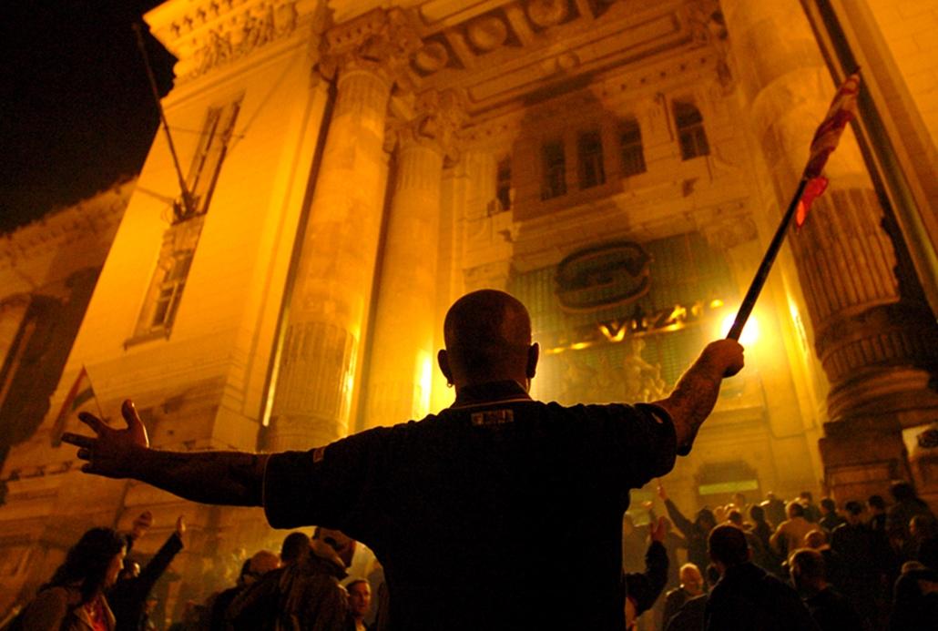 Tüntetők ostromolják a Magyar Televízió székházának bejáratát Budapesten 2006 szeptember 19-én, miután megtagadták követeléseik felolvasását.