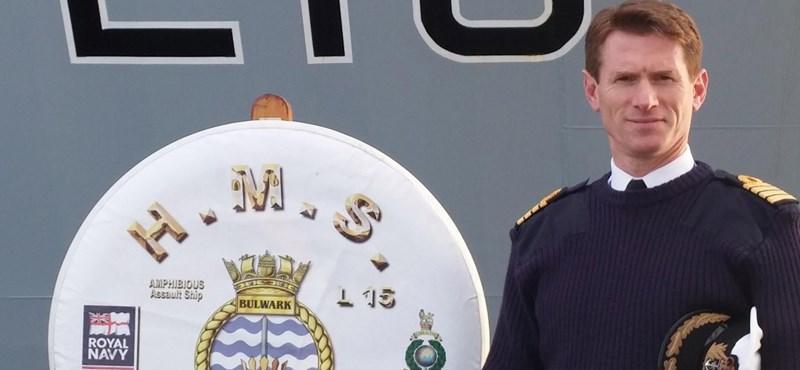 Kirúgták a brit anyahajó kapitányát, mert a szolgálati autójával ment haza