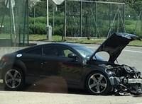 Egy Audi TT szakította át a Ferihegyi gyorsforgalmi elválasztó korlátját