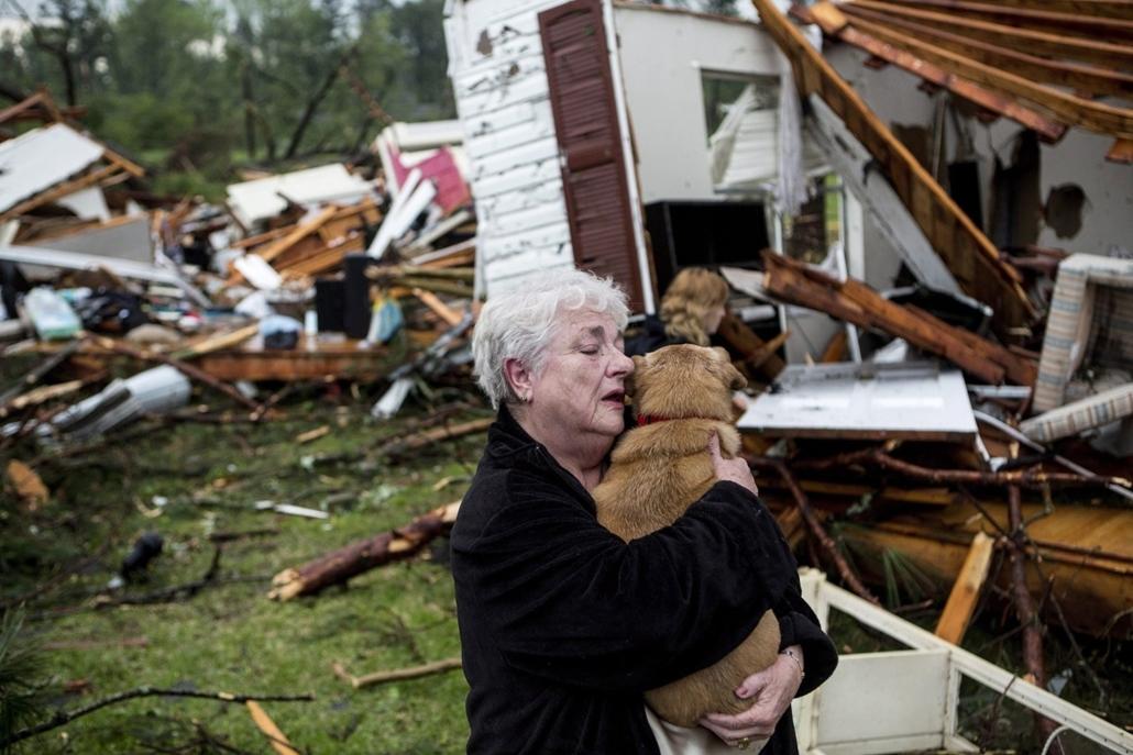 AP_! - 05.13-i_! - Tupelo, Four Corners, USA: kutya gazdájával -  miután tornádó söpört végig a térségen. A forgószél előző nap legkevesebb 19 ember halálát okozta Arkansas, Oklahoma és Iowa államban.
