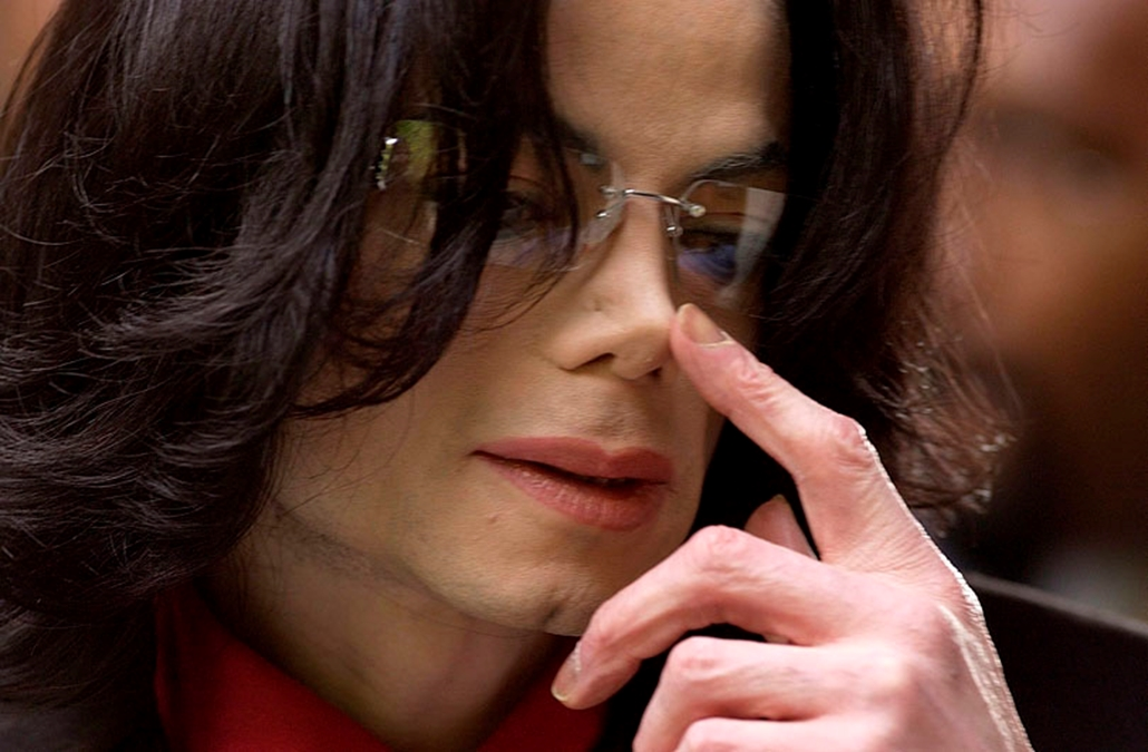 Michael Jackson megérkezik tárgyalására a kaliforniai Santa Mariában, 2005. március 1-jén.