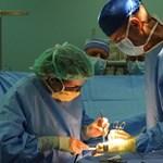 Énekelt és vicceket mesélt agyműtéte közben egy skót humorista