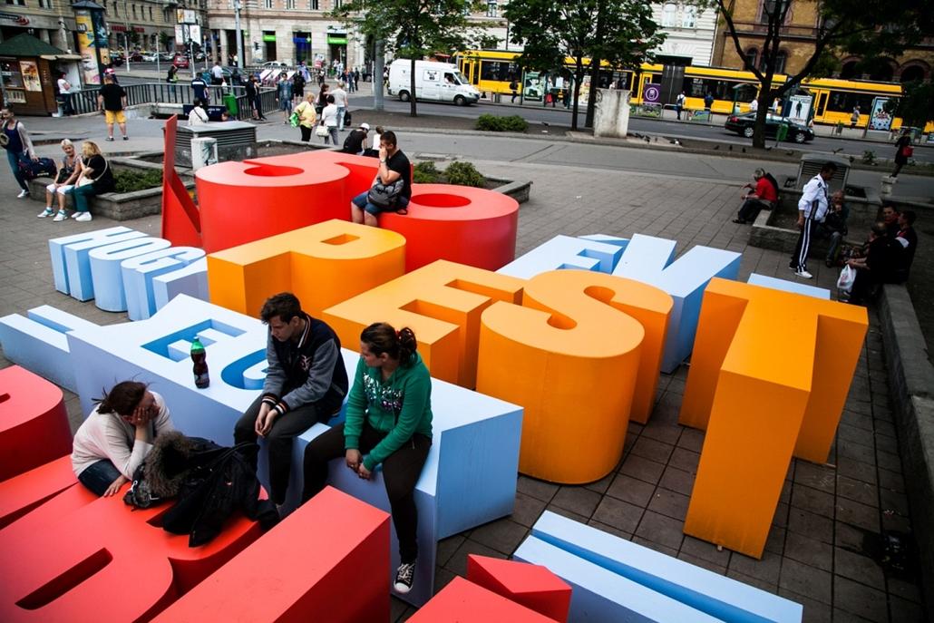 bzs.15.05.14. - 50 éve, hogy Pest egy darabját vesztettük el - installáció a Blaha Lujza téren