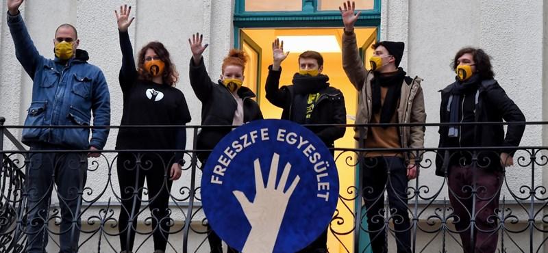 Freeszfe: Átvették az SZFE felmondott tanárai és hallgatói az egyesület új épületének kulcsát