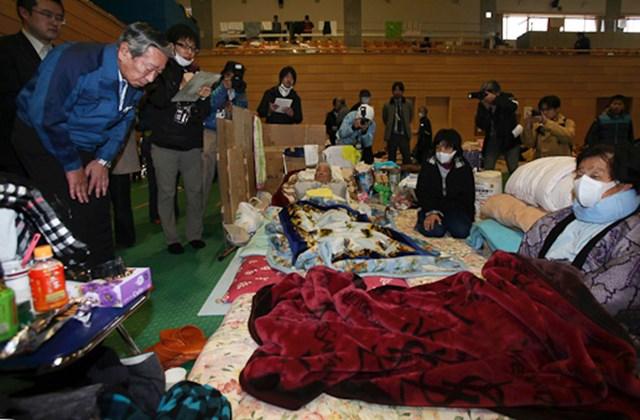 Cudzumi Norio, a Tokyo Electric Power Co., a Tepco japánáramszolgáltató vállalat alelnöke meghajolva bocsánatot kér a cég által üzemeltetett fukusimai atomerőműben bekövetkezett baleset miatt kitelepített emberektől egy szükségszálláson.