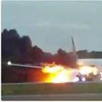 Lángok csaptak ki egy landoló repülőből a szingapúri reptéren