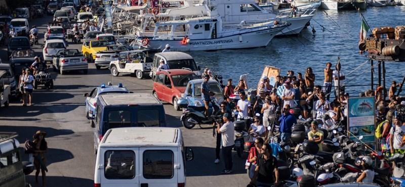 Kikötött az Open Arms hajója Lampedusán, partra szálltak a menekültek