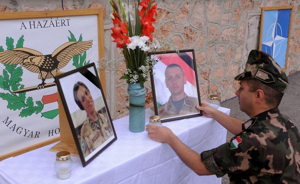 afganisztánban - 2010. szeptember 7. Egy katona mécsest tesz az elhunyt hősi halottak fényképéhez az Afganisztánból haza érkezett katonák visszafogadó ünnepsége előtt Tatán, a Magyar Honvédség 25. Klapka György Lövészdandár laktanyájában.