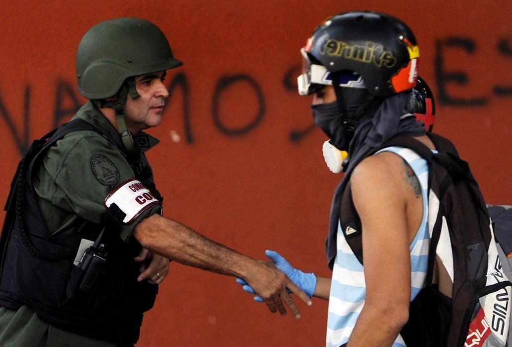 afp.14.03.yy. - Caracas, Venezuela: kormányellenes tüntető ''békekötése'' a nemzeti gárda egyik tisztjével