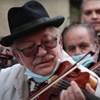Sírtak a cigánymuzsikusok hegedűi az Emmi előtt