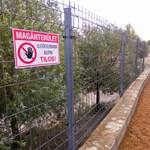 Nincs több szabadstrand a Kopaszi-gátnál, kerítést húztak a part elé