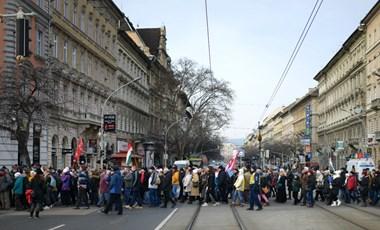 Nagyjából ezren vonulnak az Andrássy úton a Várkert Bazár felé