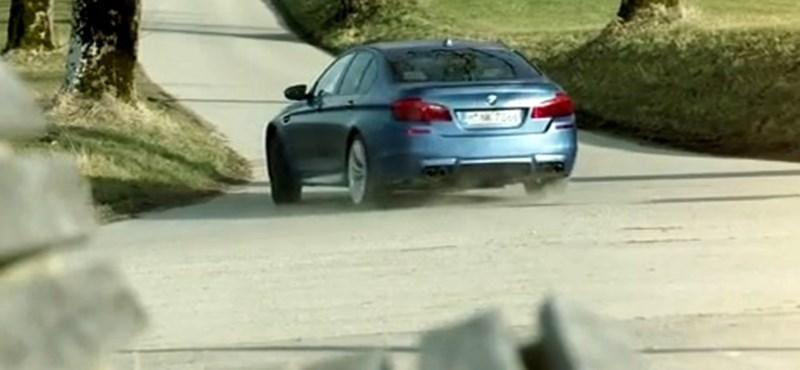 Így illik köszönteni a harmincéves BMW M5-öt – videó