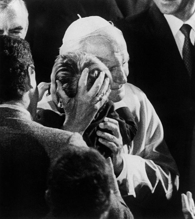 afp.87.09.17. - San Francisco, USA: a négy éves Brendan O'Rourkeal a Dolores bazilikában. A kisfiú AIDS-beteg - ,II. János Pál pápa